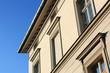 Altbau-Hausfassade schraeg