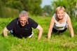 Senioren Paar macht Liegestütze