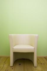 Sessel vor grünem Hintergrund