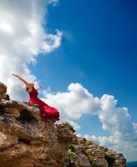 paisaje con chica con los brazos abiertos al cielo