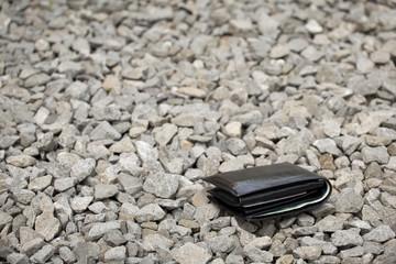 Zgubiony portfel z pieniędzmi na chodniku