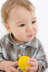 Baby isst Zitrone