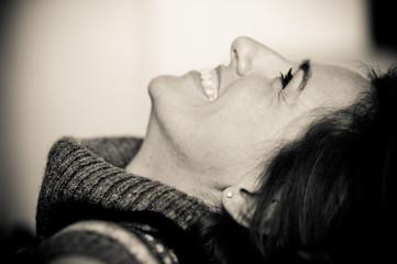donna ride e fa smorfia