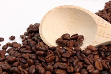 granos de café con cuchara de madera