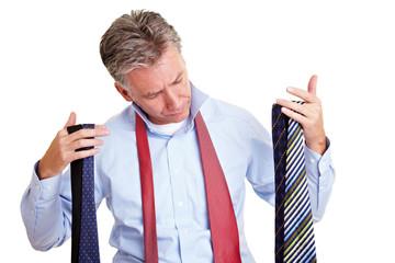Manager hält große Krawattenauswahl