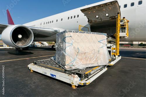 Foto op Plexiglas Vliegtuig Loading cargo plane