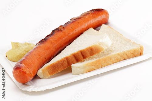 Krakauer Bratwurst mit Toastbrot auf Pappschale