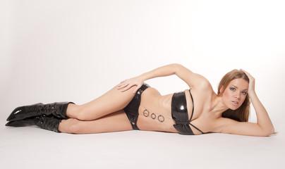 Bikini Modell liegend