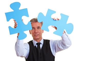 Geschäftsmann löst Riesenpuzzle