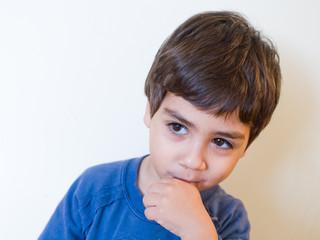 bambino che ciuccia il dito