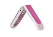 мобильный телефон розового цвета на белом фоне.