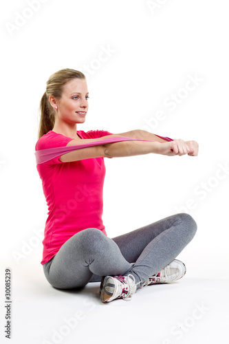 frau trainiert die brustmuskulatur