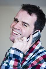 Homme heureux au téléphone