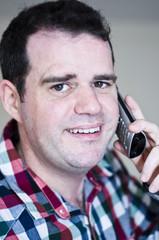 Homme satisfait au téléphone