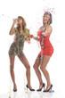 Zwei sexy Party-Girls feiern mit Luftschlangen