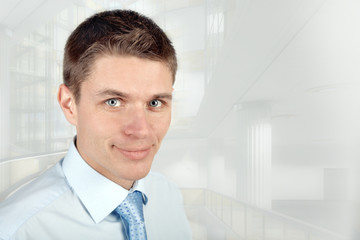 Молодой улыбающийся бизнесмен