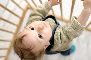 Baby im Laufgitter