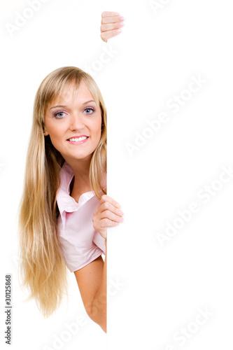 blonde frau präsentiert leeres schild