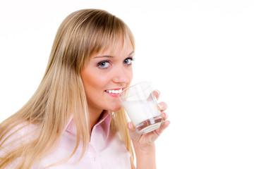 junge frau trinkt ein glas milch