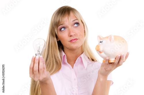 frau denkt über ihre stromnachzahlung nach