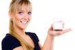 junge frau hält ein glas mit milch in der hand