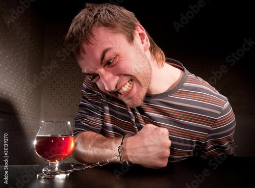 alkoholik-zamkniety-na-kieliszek-alkoholu
