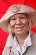 Rentnerin mit Regenschirm 7