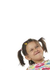 Bambina con viso contrariato su sfondo bianco