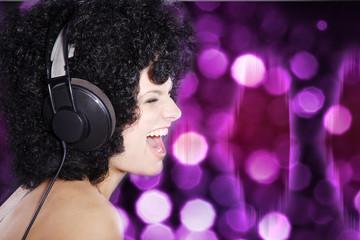 Frau schreit in der Disco mit Kopfhörer, quer