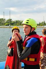 Zwei Jungen beim Wasserski