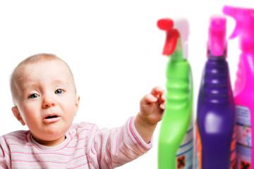 Kleinkinder vor ätzenden Reinigern schützen