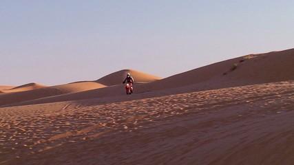 Deserto con moto che passa