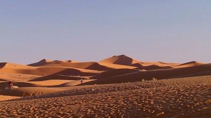 Deserto con moto che passano