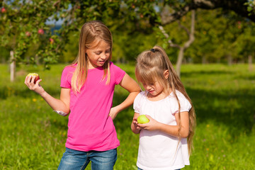 Kinder essen Äpfel