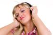 junge frau bewegt sich zur musik