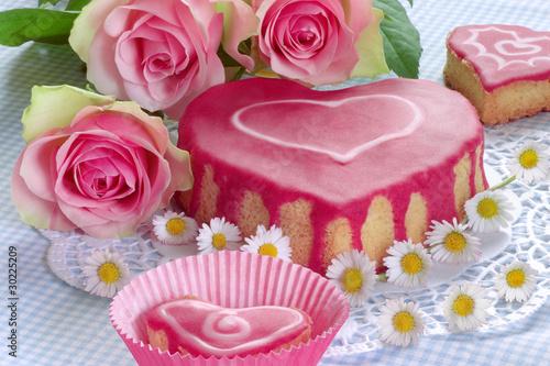 Selbstgebackener Kuchen in Herzform mit Rosen