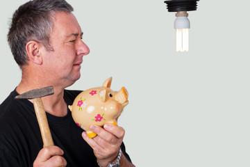 Ratloser Mann mit Sparschwein vor Lampe 307