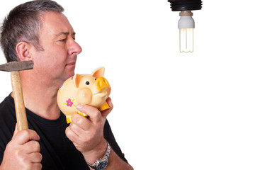 Ratloser Mann mit Sparschwein vor Lampe 311
