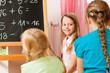 Kinder spielen Schule