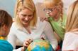 Mutter erklärt ihren Kindern die Welt