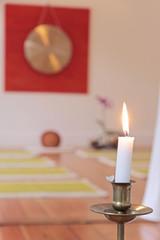 Großer Gong, Kerze und Orchidee