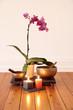 Orchidee, Kerzen und Klangschale