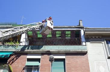 Pompieri sulla gru