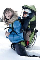 Mère et son fils à la montagne