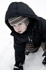 Enfant découvrant la neige
