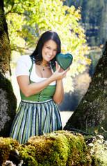 Junge Frau mit grünem Herz_4277