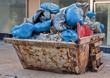 Baucontainer mit Müllsäcken und Schutt