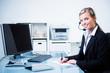 freundliche mitarbeiterin im telefongespräch