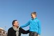 Vater und Sohn auf dem Spielplatz