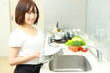 woman wiping a plate at the kitchen/皿を拭く主婦